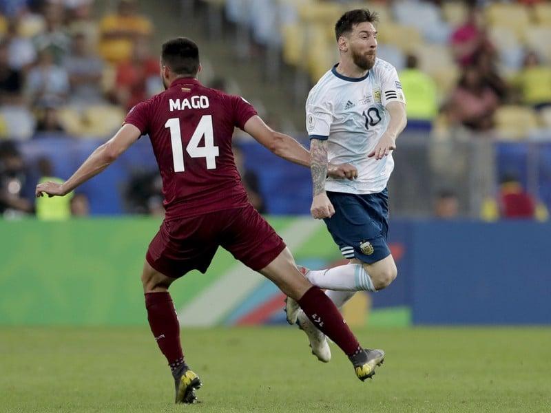 Luis Del Pino v súboji s Leom Messim