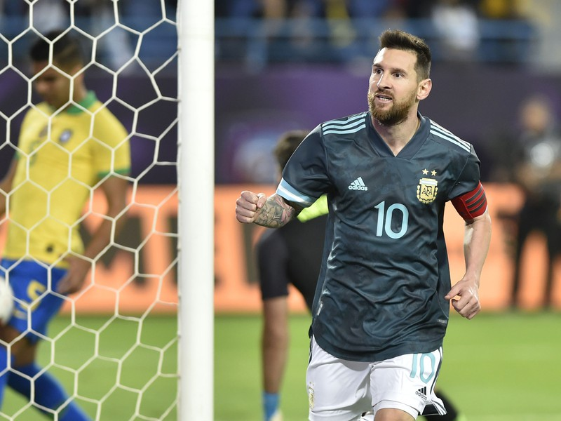 Lionel Messi oslavuje presný zásah do siete kanárikov