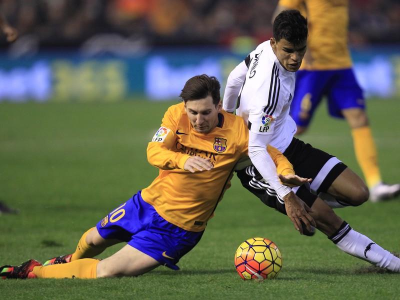 Lionel Messi a Danilo Barbosa v súboji o loptu