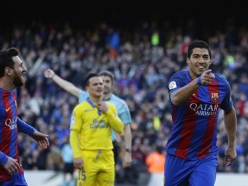 Lionel Messi a Luis Suárez oslavujú gól Barcelony