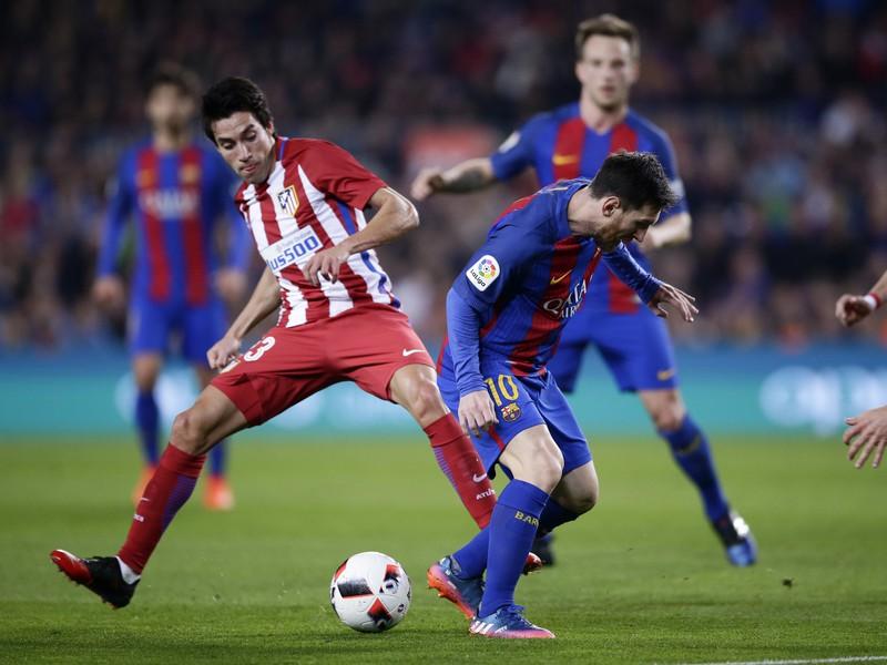 Lionel Messi a Nico Gaitán v súboji o loptu