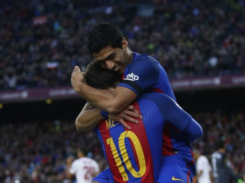Lionel Messi a Luis Suárez v radostnom objatí
