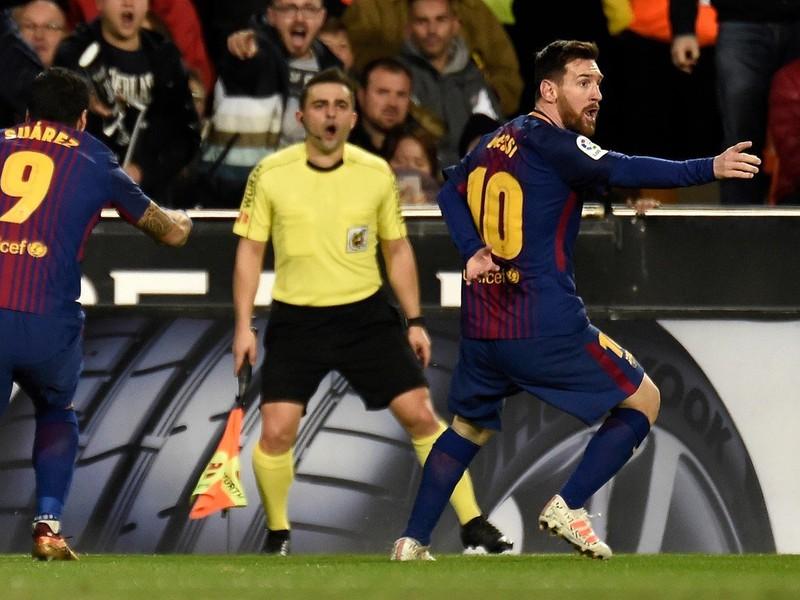 Messi so Suárezom protestovali proti neuznanému gólu