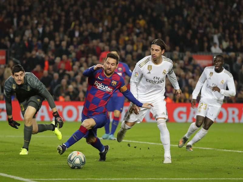 Lionel Messi, brankár Thibaut Courtois a Sergio Ramos