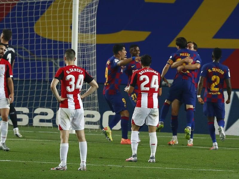 Lionel Messi a Ivan Rakitič oslavujú gól Barcelony