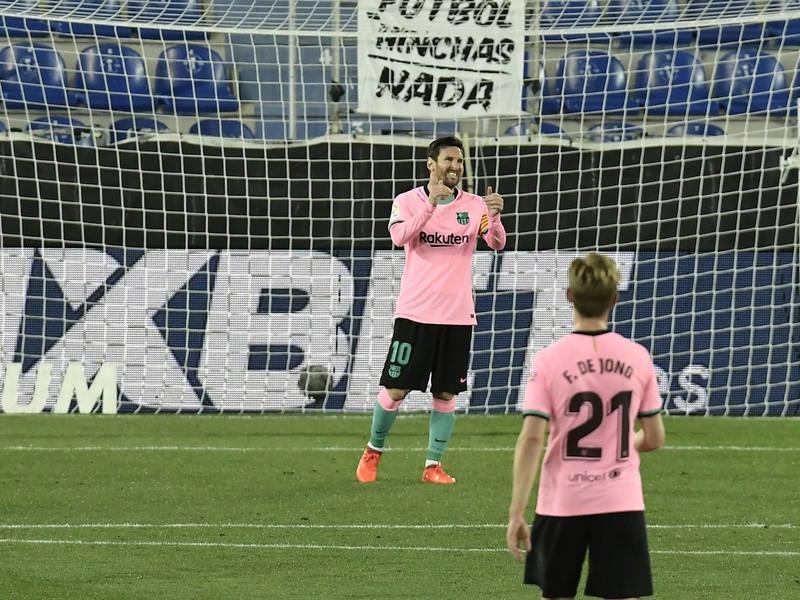 Lionel Messi v akcii a Frenkie de Jong