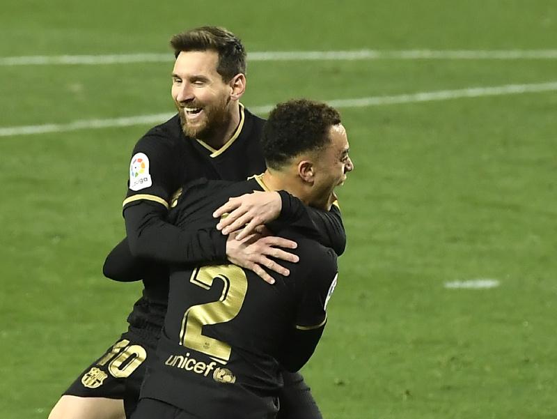 Lionel Messi a Sergino Dest oslavujú gól