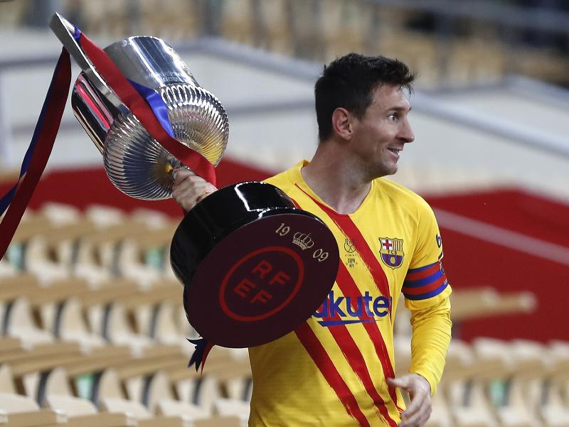 Lionel Messi s trofejou pre víťaza Copa del Rey