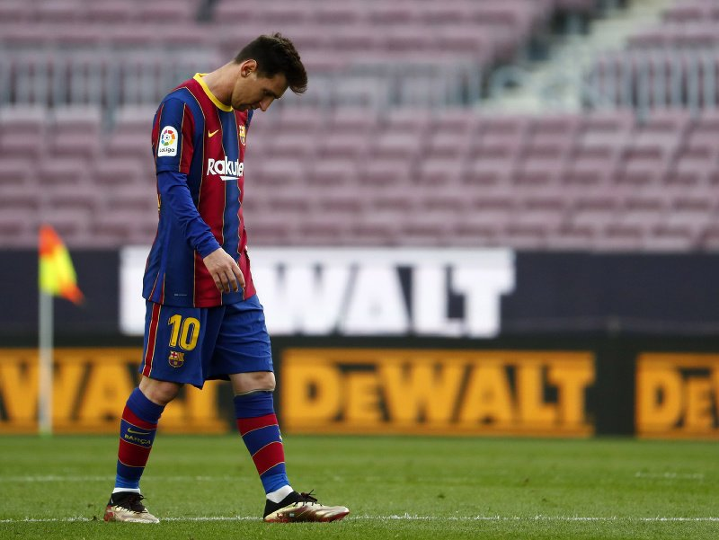 Sklamaný Lionel Messi opúšťa ihrisko