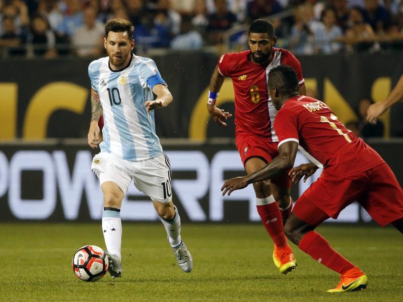 Momentka zo zápasu Argentína - Panama. V akcii s číslom 10 Lionel Messi