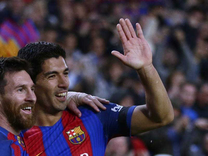 Lionel Messi oslavuje so spoluhráčom Luisom Suárezom