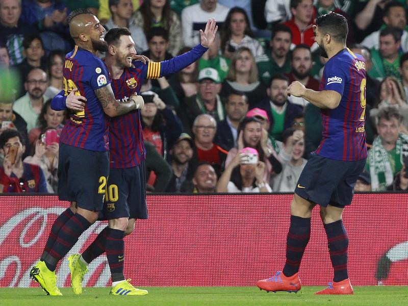 Messi oslavuje so spoluhráčmi strelený gól