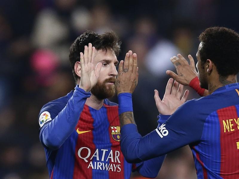 Lionel Messi a Neymar oslavuju gól Barcelony