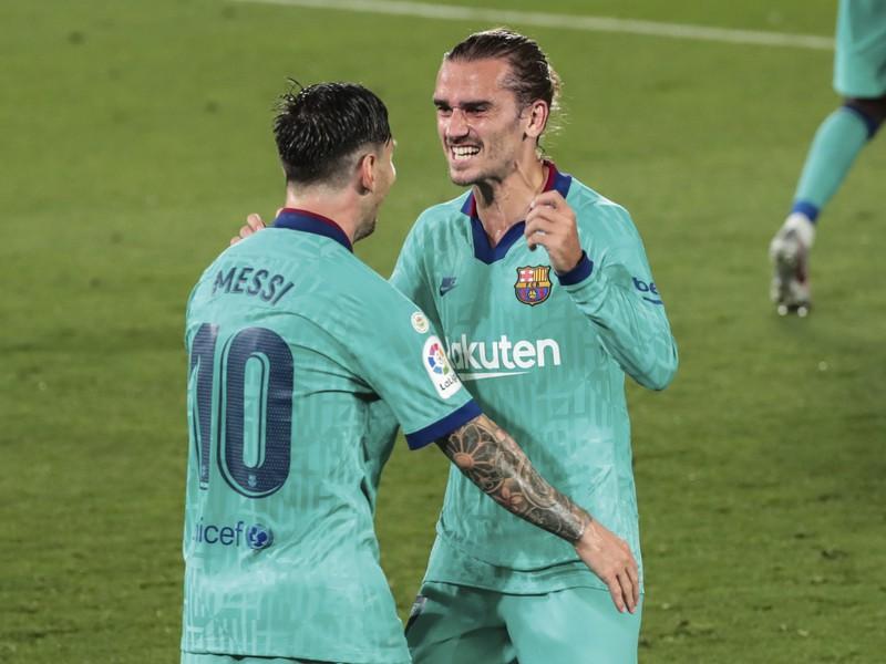 Antoine Griezmann a Lionel Messi oslavujú gól Barcelony