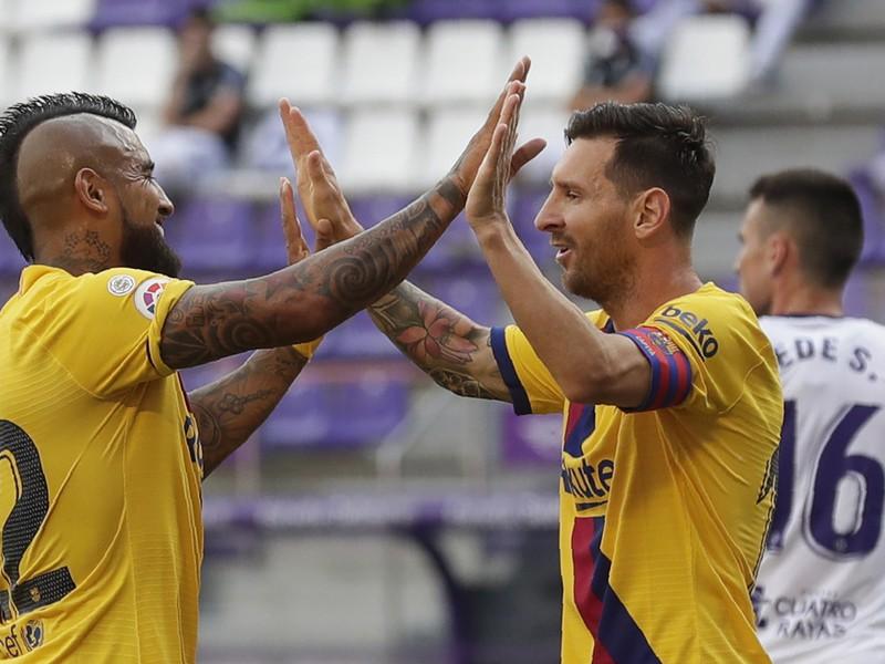 Lionel Messi a Arturo Vidal oslavujú gól Barcelony