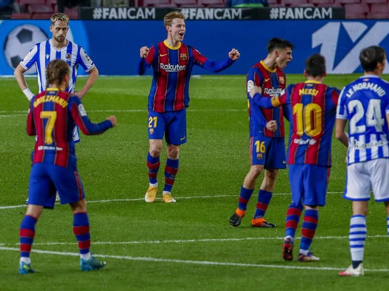 Frenkie de Jong, Lionel Messi a ďalší oslavujú gól Barcelony