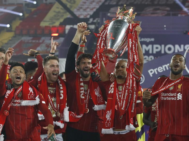 Hráči Liverpoolu s trofejou pre šampióna Premier League