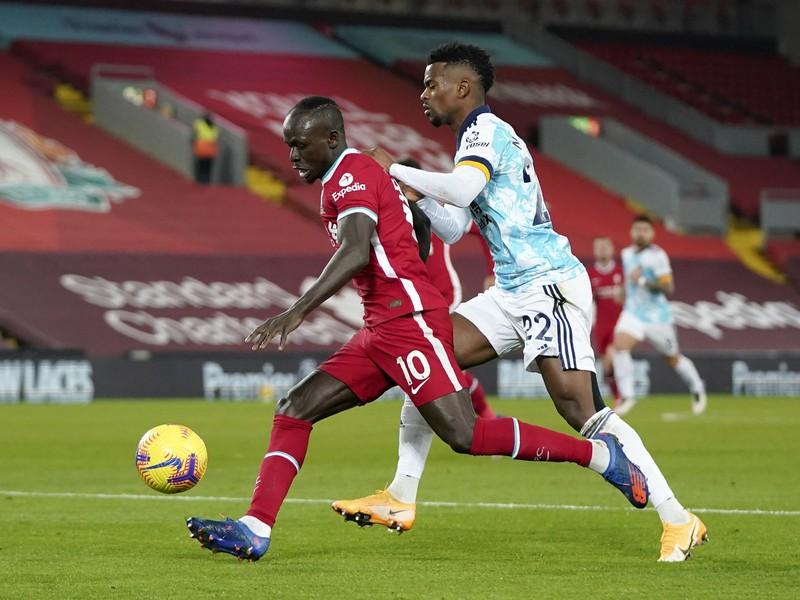 Nelson Semedo a Sadio Mané v súboji o loptu