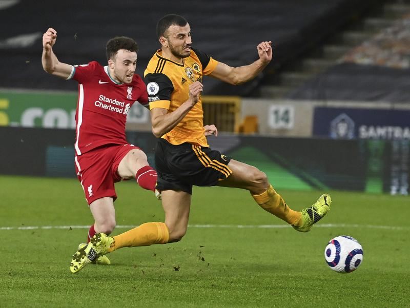 Hráč Liverpoolu Diogo Jota (vľavo) strieľa úvodný gól do bránky Wolverhamptonu