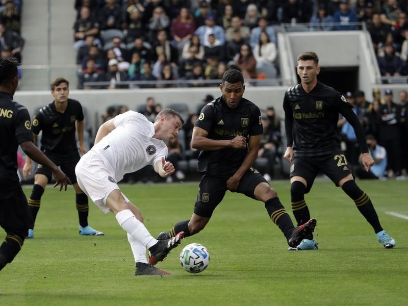 Matias Pellegrini strieľa cez hráčov Los Angeles FC