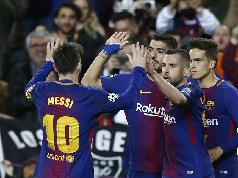 Útočník Barcelony Luis Suárez (druhý zľava) oslavuje so spoluhráčmi svoj gól