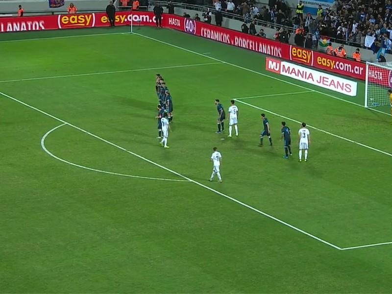 Luis Suárez zahráva priamy kop