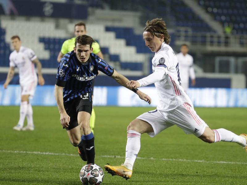 Luka Modrič a Marten de Roon v súboji o loptu