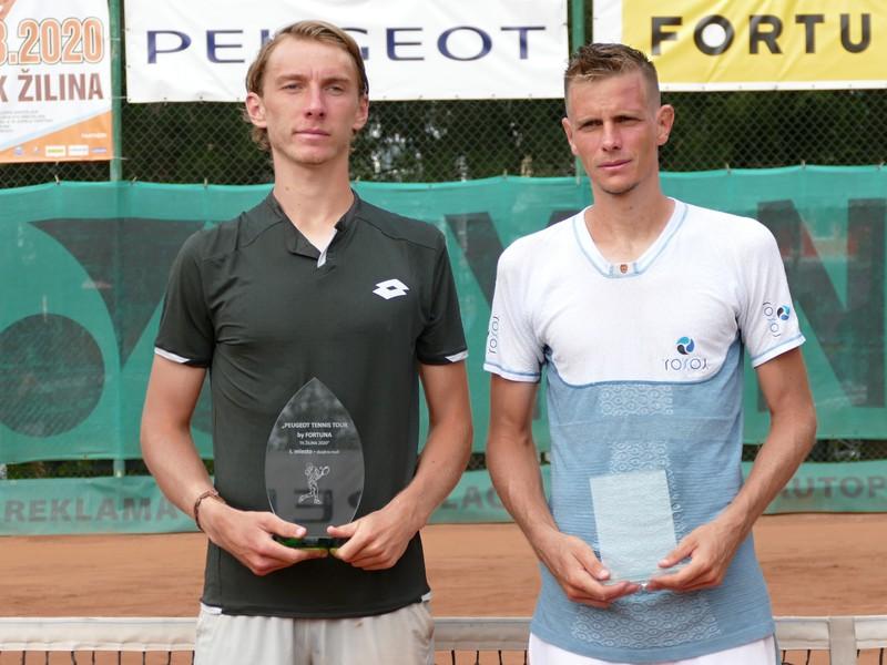 Slovenský tenista Lukáš Klein (vľavo) pózuje s trofejou po triumfe v mužskej dvojhre na turnaji v Žiline