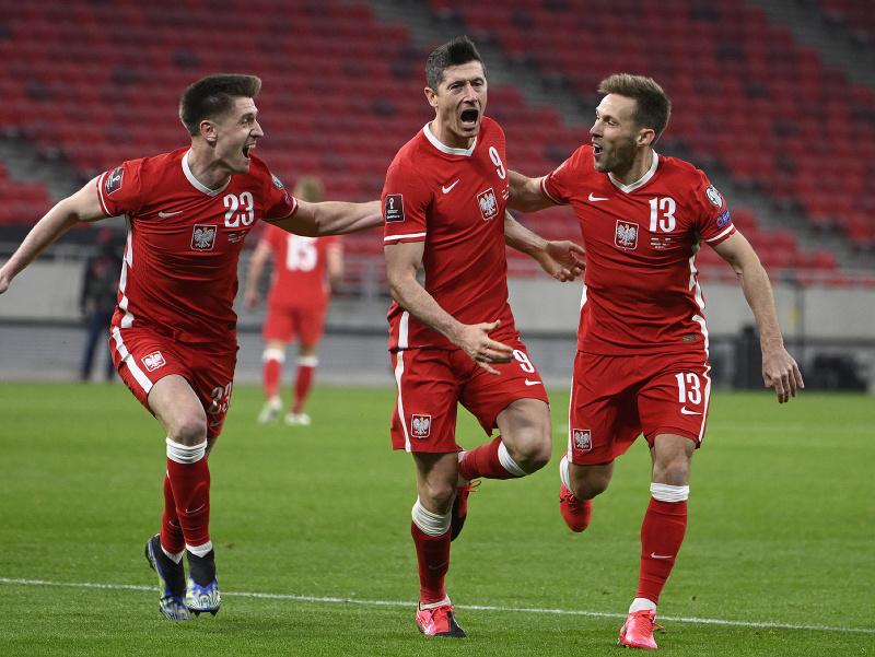 Robert Lewandowski oslavuje gól so spoluhráčmi