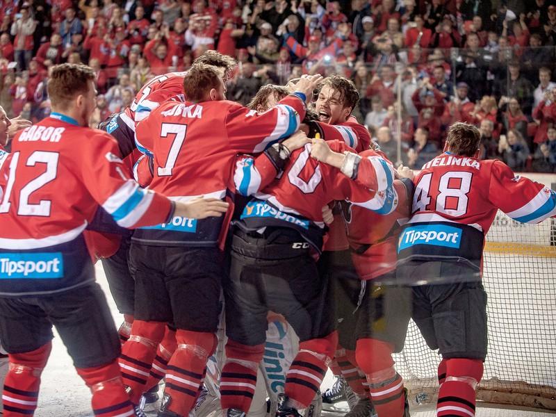 Hokejisti Banskej Bystrice oslavujú majstrovský titul