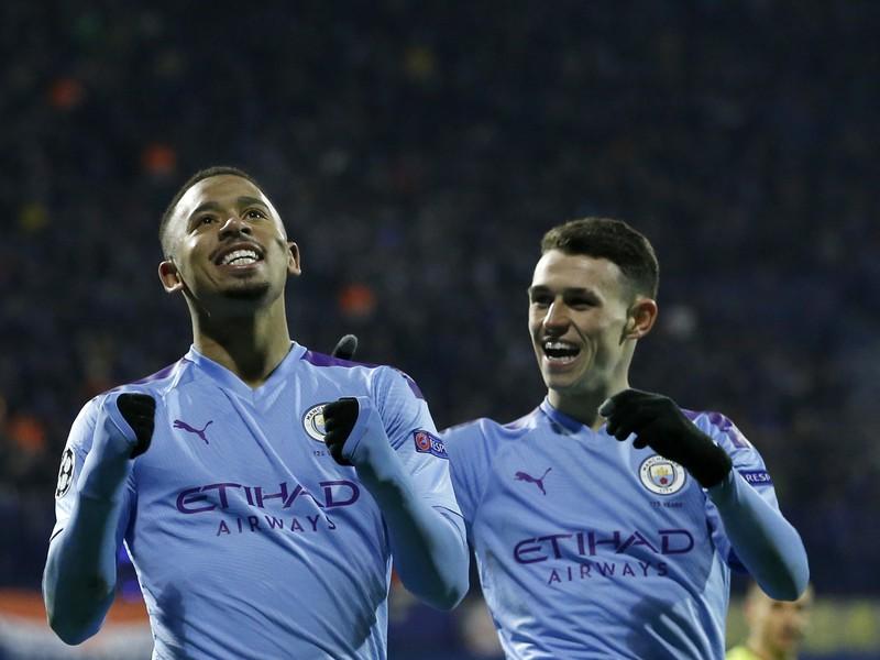 Futbalista Manchestru City Gabriel Jesus (vľavo) strieľa svoj druhý gól v zápase základnej C-skupiny Ligy majstrov Dinamo Záhreb - Manchester City