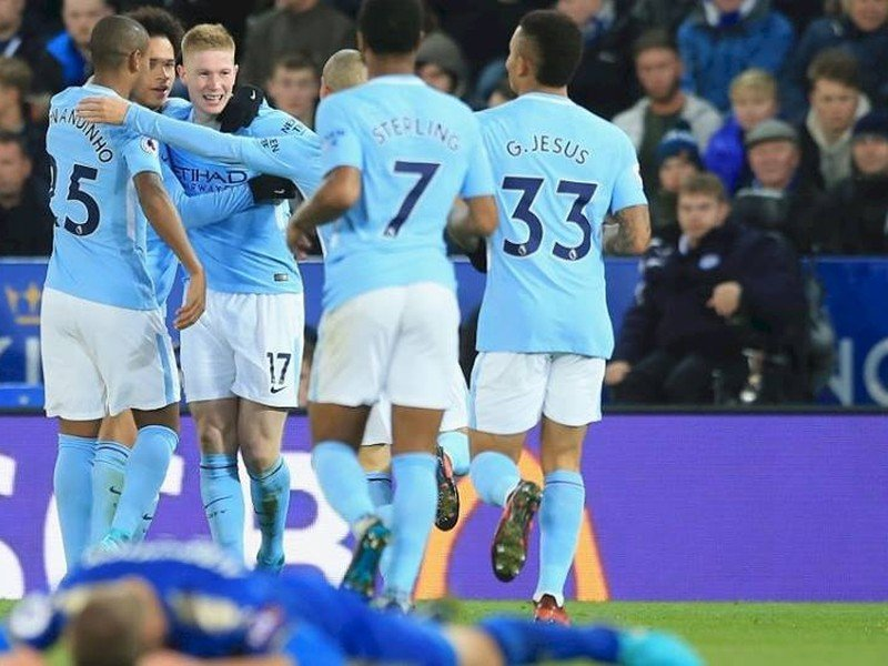 Kevin de Bruyne oslavuje so spoluhráčmi strelený gól