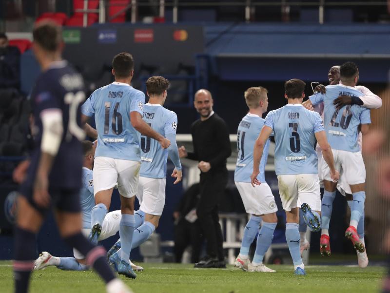 Hráči Manchestru City oslavujú víťazstvo nad PSG