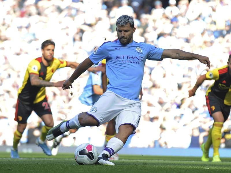 Na snímke uprostred argentínsky útočník City Sergio Agüero strieľa gól