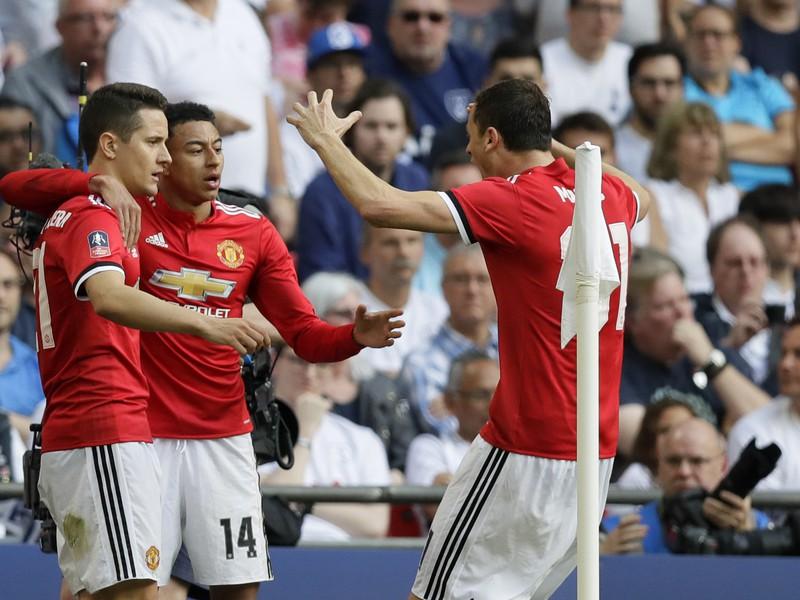 Ander Herrera, Jesse Lingard a Nemanja Matič oslavujú gól United