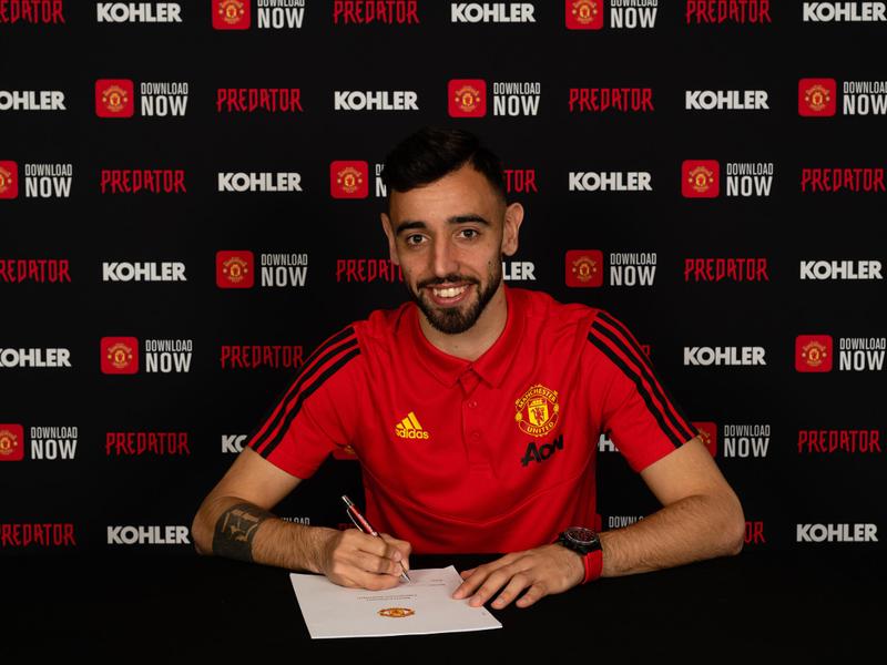 Bruno Fernandes počas podpisu zmluvy s Manchestrom United