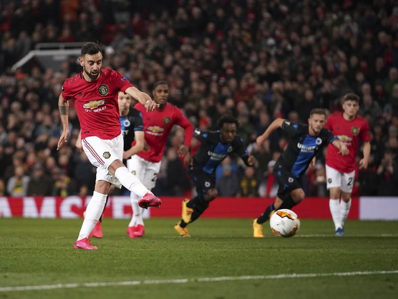 Bruno Fernandes z Manchestru United strieľa gól