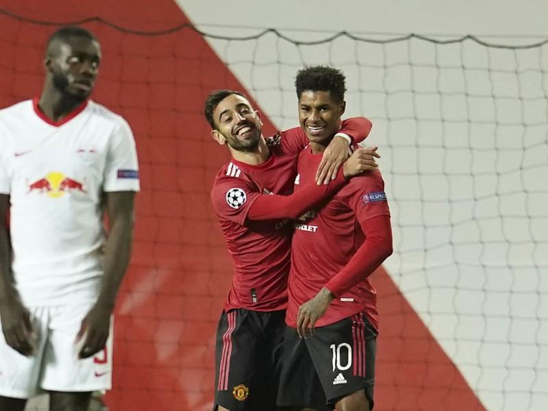 Bruno Fernandes a Marcus Rashford oslavujú gól United