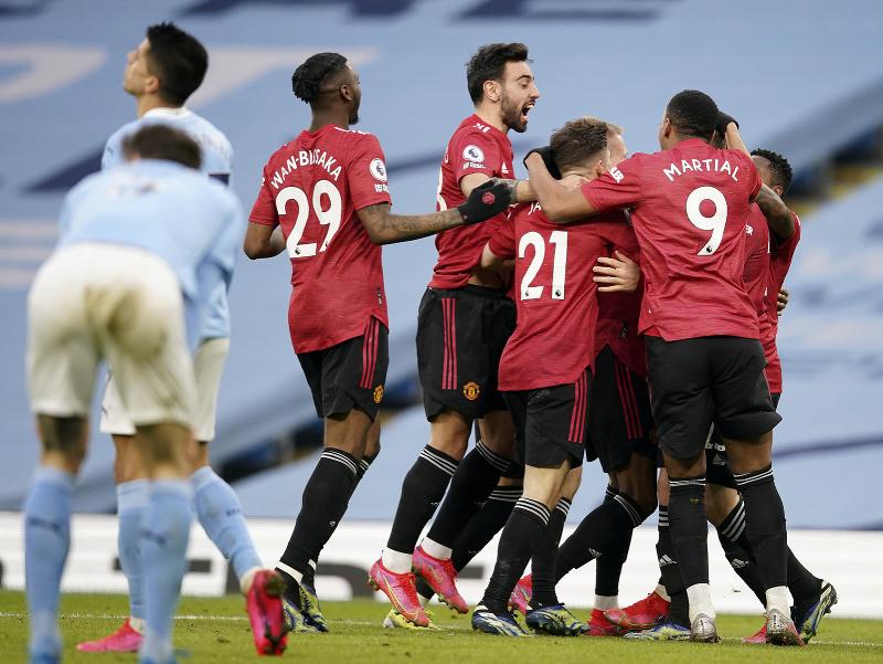Hráči United oslavujú gól proti City