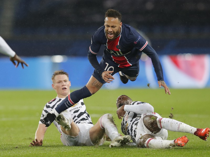 Neymar v súboji s hráčmi Manchestru United