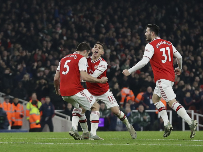 Sokratis Papastathopoulos a Lucas Torreira sa tešia z gólu do brány Manchestru United