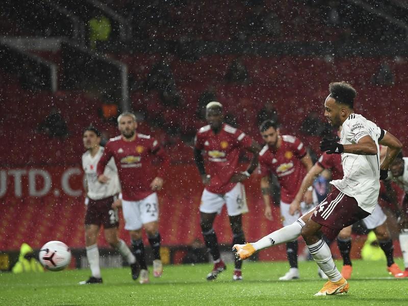 Pierre-Emerick Aubameyang z penalty rozhodol šláger na Old Trafforde