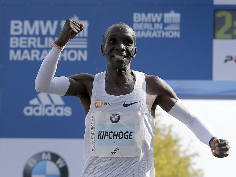 Na snímke kenský bežec Eliud Kipchoge zvíťazil v kategórii mužov v novom svetovej rekorde 2:01:40 h počas 45. ročníka Berlínskeho maratónu