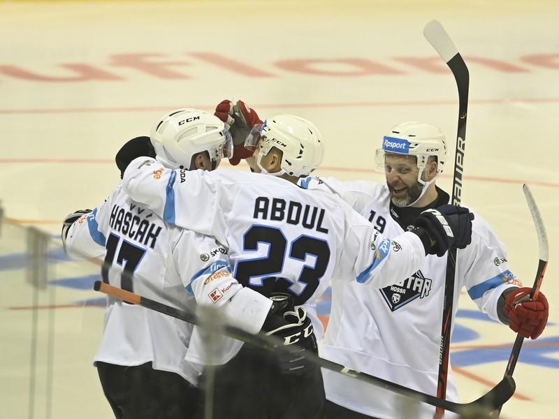 Na snímke zľava hráči Tím Hossa Marcel Haščák,  Jindřich Abdul a Tomáš Starosta sa tešia po góle