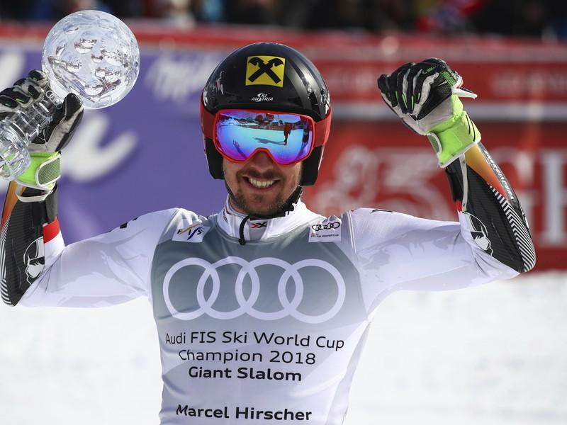 Rakúsky slalomár Marcel Hirscher pózuje s malým kryštaľovým glóbusom za celkové víťazstvo v obrovskom slalome