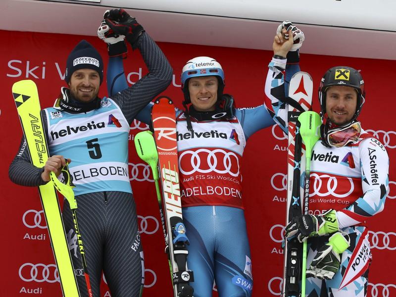 Nórsky lyžiar Henrik Kristoffersen (uprostred) sa raduje z víťazstva v slalome Svetového pohára alpských lyžiarov v Adelbodene 8. januára 2017. Na druhom mikeste skončil Talian Manfred Mölgg (vľavo) a tretí bol Rakúšan Marcel Hirscher (vpravo).