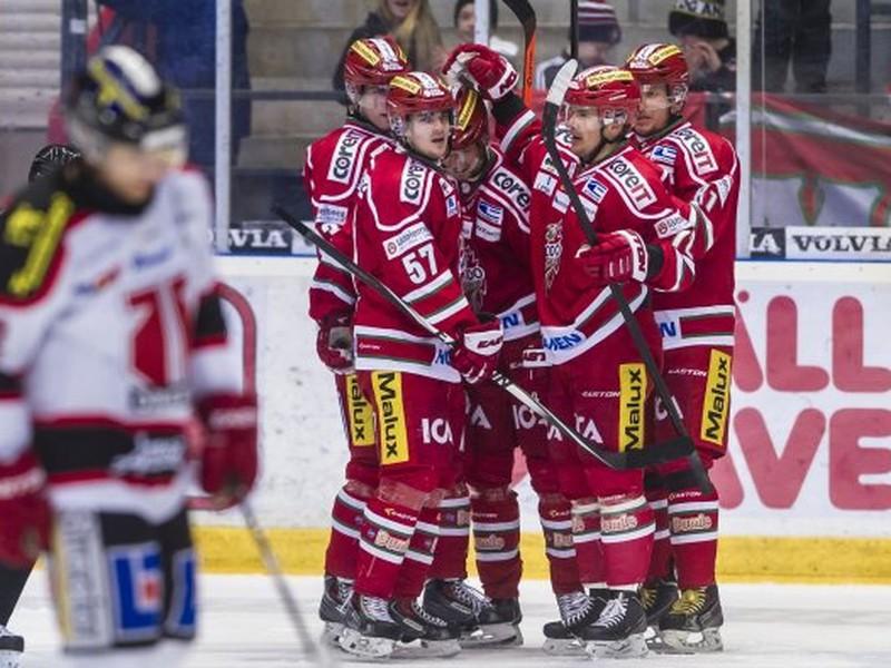 Hokejisti MODO Hockey oslavujú gól proti Örebru