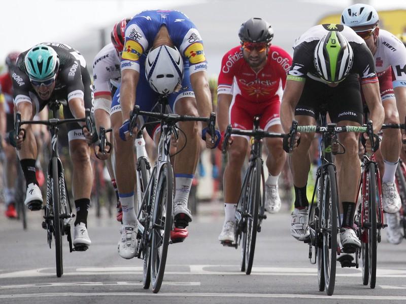 Na snímke druhý zľava Nemec Marcel Kittel (Quick-Step) víťazí v tesnom špurte