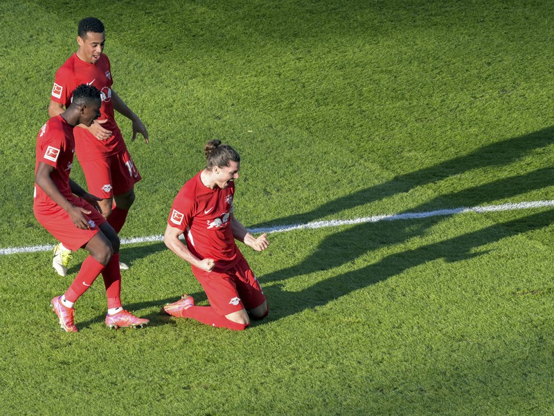 Hráč Lipska Marcel Sabitzer (vpravo) oslavuje úvodný gól do bránky Herthy