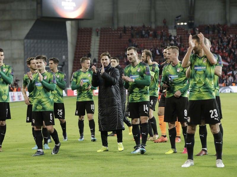 Na snímke hráči Plzne, vpravo slovenský útočník Marek Bakoš, oslavujú víťazstvo